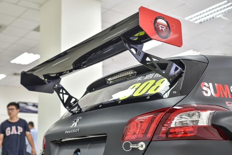 WTCC規格大型尾翼角度可調,高速時能產生160公斤下壓力