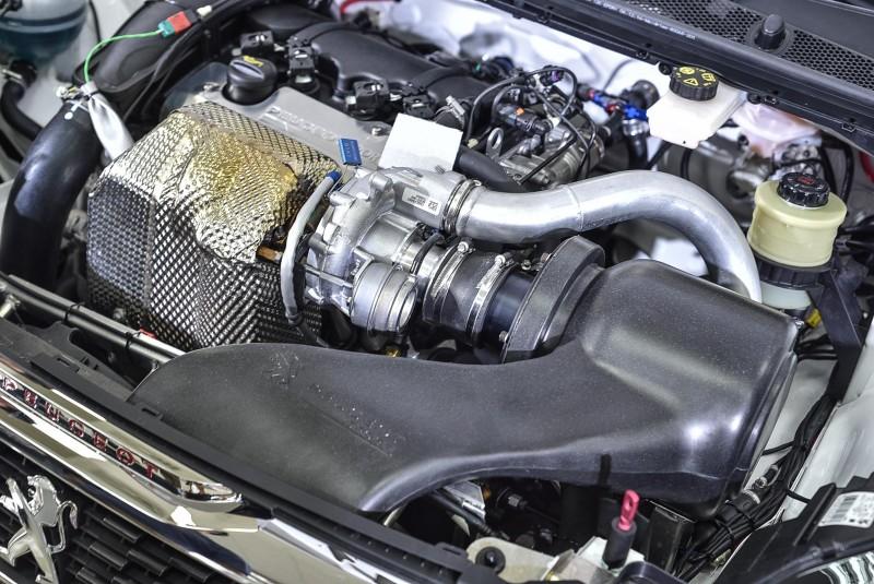308 Racing Cup引擎由308 GTi再強化,換上208 T16大渦輪而且增加進氣效率,同樣1.6升排氣量馬力輸出已接近340hp