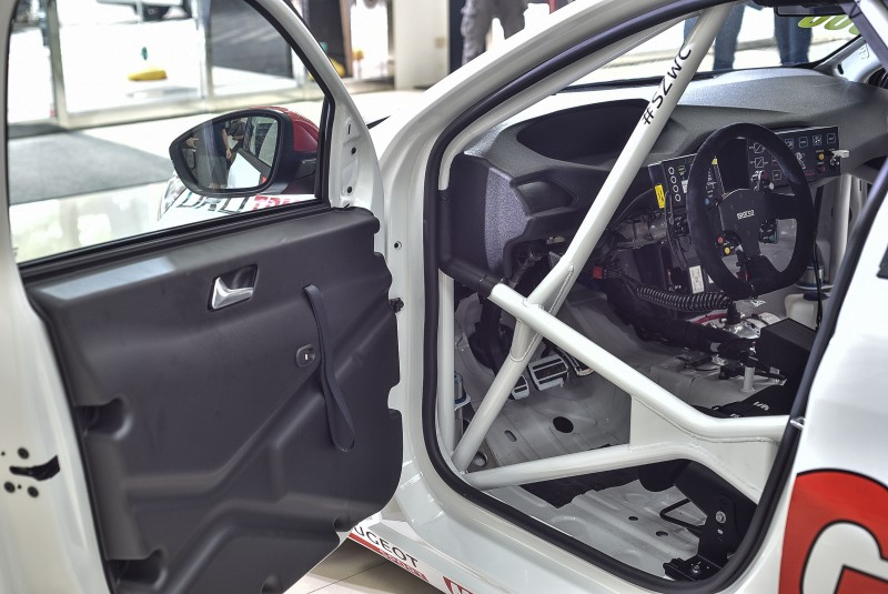 全車唯一僅有駕駛座車車窗可電動升降,立體交叉防滾籠必須符合規範,進出車室的不便只能忍耐