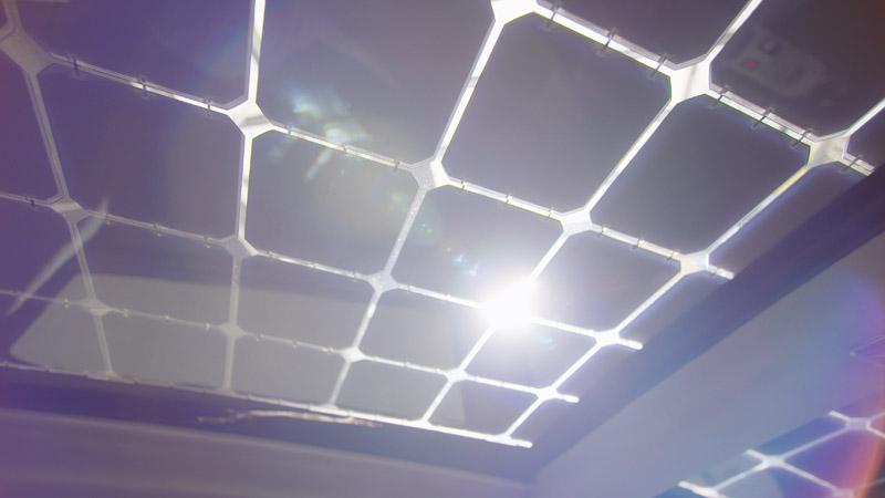 車頂也裝滿的太陽能集成板。