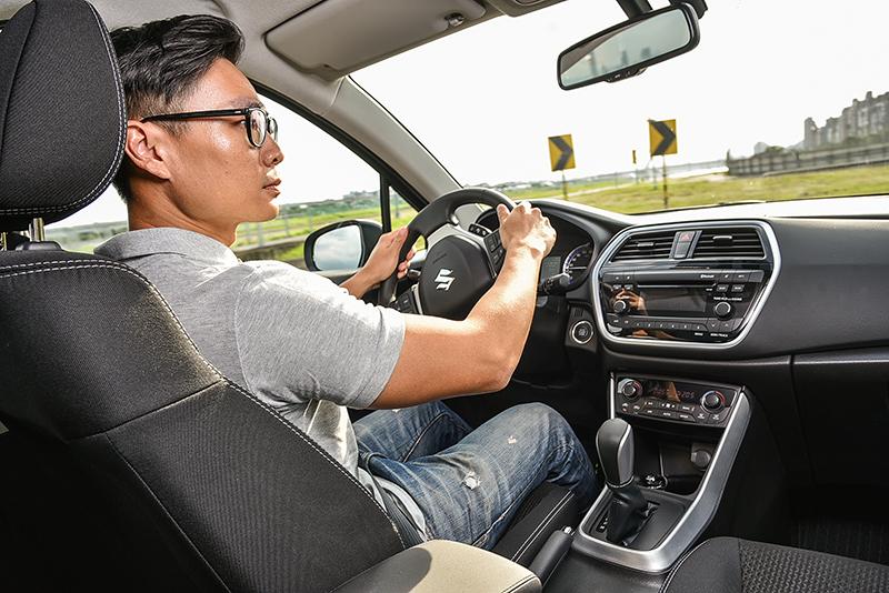 選擇SX4作爲一家人的代步車,更是因其配備7只SRS輔助氣囊、ABS防鎖死煞車系統、ESP電子穩定系統、HHC斜坡起步輔助系統、BA煞車輔助系統、EBD電子煞車力道分配系統、TPMS胎壓偵測器等完善的安全防護。
