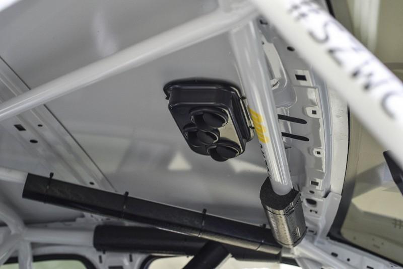 賽車手唯一的享受配備就是車頂的通風口,駕駛周圍的防滾籠特別包上緩衝海綿