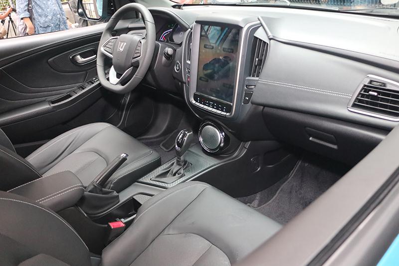 車室內12吋直幅觸控螢幕超炫,質感表現也還算不錯。