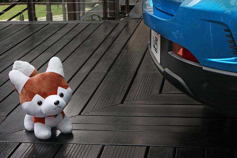 有了U5的AR View+行車AR影像系統,就算車旁有小貓小狗也無所遁形。