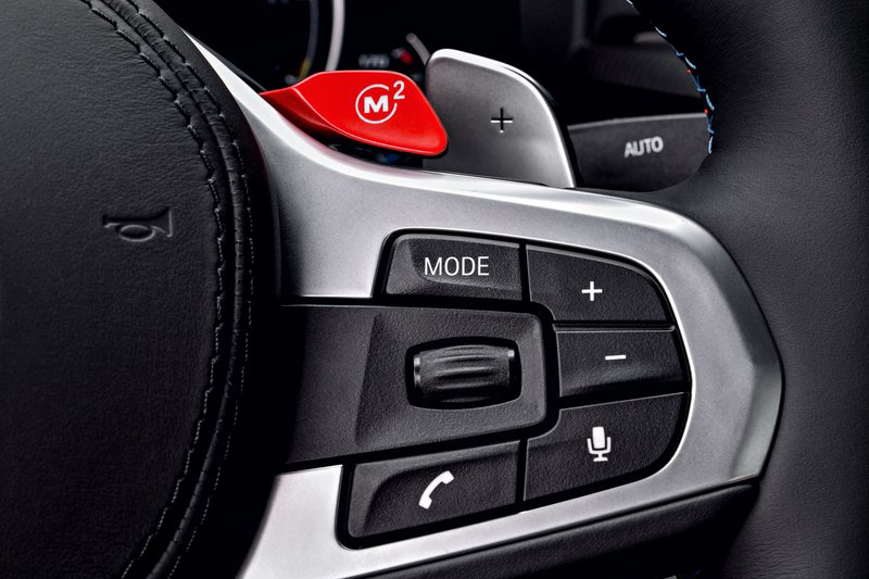 車內紅紅的東西還有方向盤上的這個按鈕,按下去就可以立刻進入M模式跟別人輸贏。