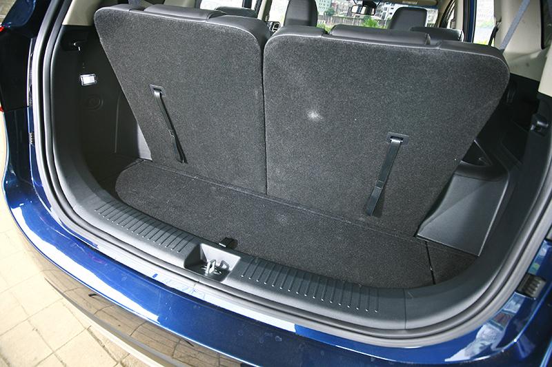 不過受限於車身尺碼,當第三排座椅使用時,行李廂空間只有這樣而已。