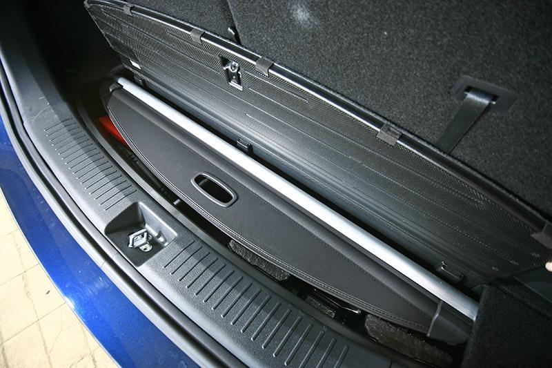 行李廂底板後緣可放入遮板,設計相當貼心。