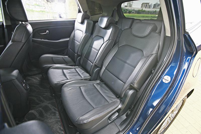 獨立的三張座椅可任意調整,客製化第二排乘客各人的最佳姿勢。
