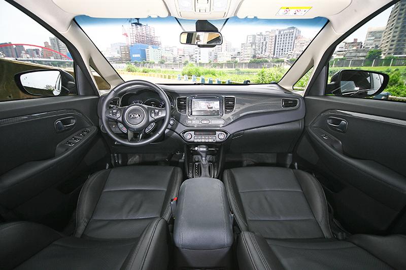 質感表現不俗的座艙,安全配備也相當齊全。