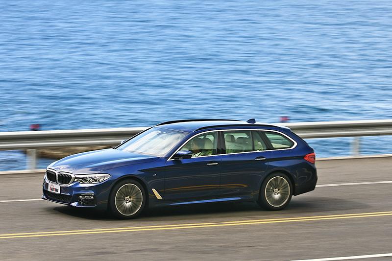 將沈穩與靈活加起來除以二,就成了BMW 530i Touring M Sport的駕馭心得。