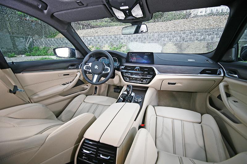 上黑下米的配置加上平光木質飾版裝飾,視覺質感直逼旗艦車款。
