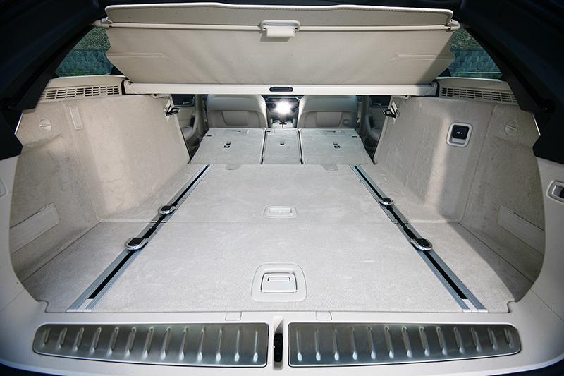 一旦透過行李廂兩側的快傾機制放倒椅背,整體置物容積可擴充至1,700升。