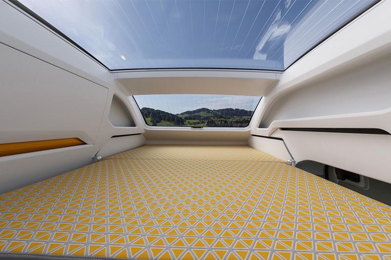 上層的臥鋪可供雙人舒適睡眠,最重要的是還有超大面積的玻璃車頂可以仰望繁星。