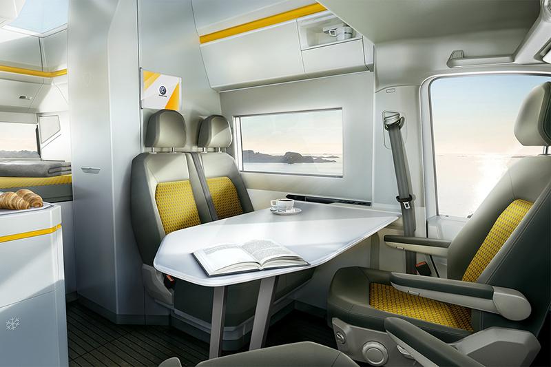 駕駛座與助手座可向後轉,讓車廂前段形成一個工作或餐飲休憩區域。