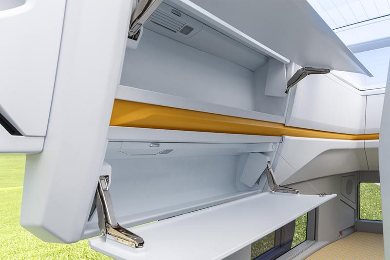 雙人床上方還有如客機置物櫃般的收納空間,可放置棉被或枕頭等寢具。