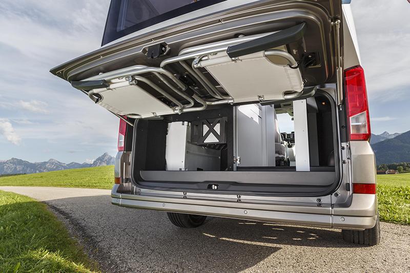 一如California車系傳統,收納在後廂門的折疊椅是一定要有的。