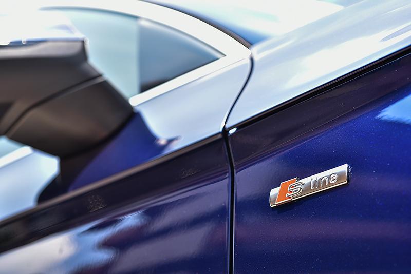 一如A5 Coupe,全新Q5也在鈑件上加添了俐落深邃的刻痕摺線,帶來宛若裝置藝術品般的視覺傳達效果。