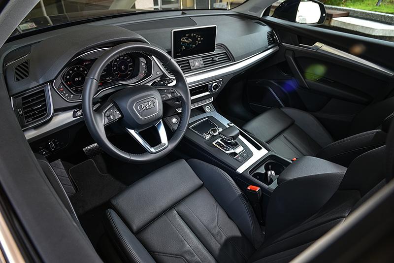 由頂級真皮、透氣皮、軟質塑料、類金屬與鍍鉻材質交織而成的座艙,帶來細膩至極的質感呈現。