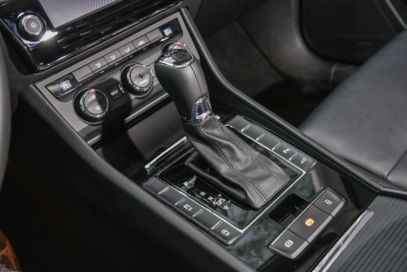比照性能車款搭載六速雙離合自手排變速箱,標配雙區恆溫空調、感應鑰匙/按鈕啟動與前後停車警示/倒車顯影