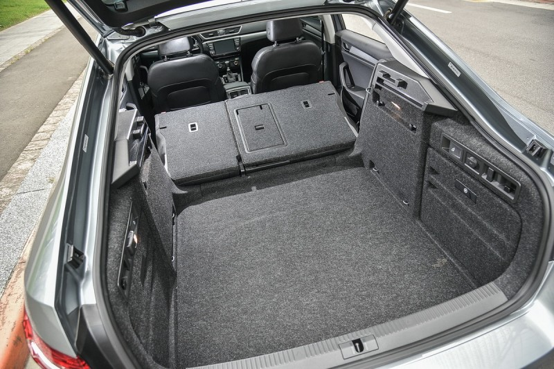 後廂兩側有座以快速傾倒開關,左邊更有可分離照明燈光