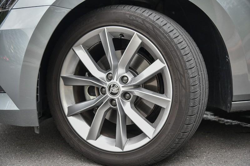 即使採用235/45R18胎圈組合,深踩油門時輪胎還是會因為大扭力釋放空轉尖叫,關閉ESP行駛時必更注意油門控制