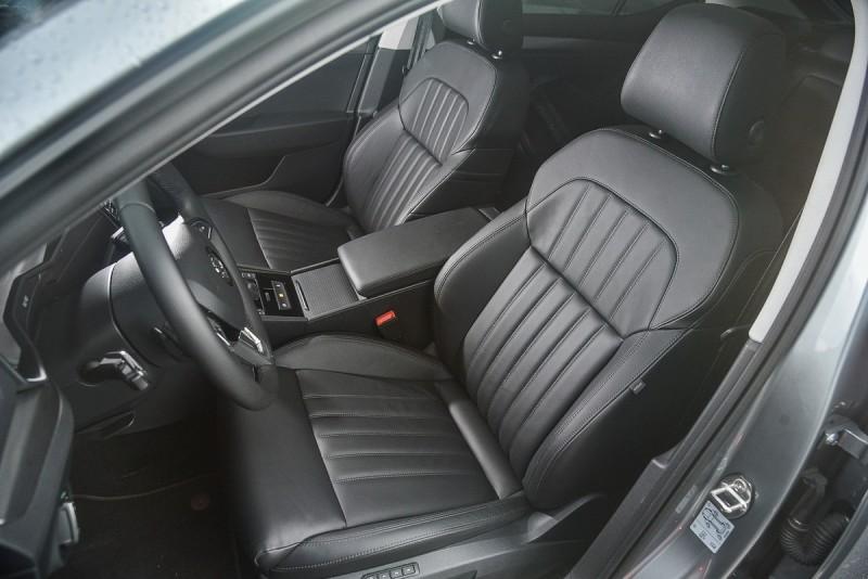 前座椅具備8向電動調整功能,駕駛座更有3組記憶位置