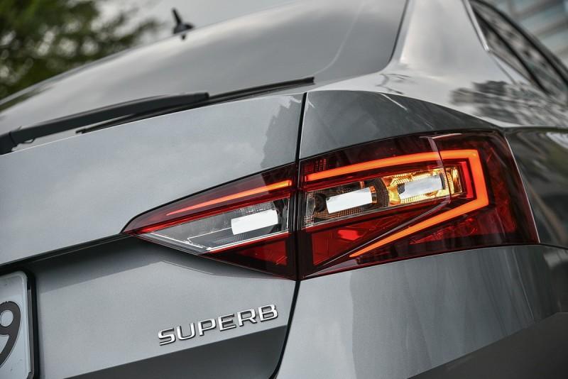 尾燈內的內凹反射鏡片有聚光效果,搭配C字型光條與水晶切割面輪廓更顯眼