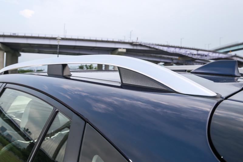 標配的車頂架對於加裝車頂置物用具更為便利。