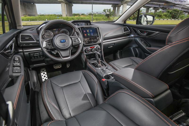座艙設計與Impreza大抵相同,最大差異為對比色縫線的導入。