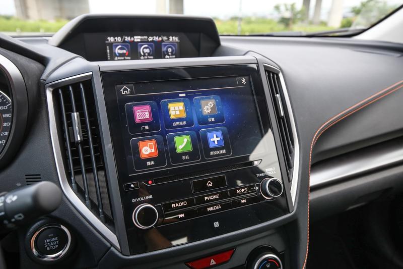 控台中央上方的多功能行車資訊顯示幕、控台中央8吋LCD多點觸控智慧影音系統提供相當充足的車輛資訊與用車便利性。