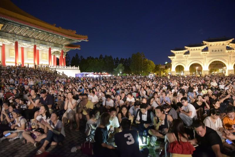 2017年兩廳院夏日爵士戶外派對再次吸引數以萬計的觀眾熱情參與。