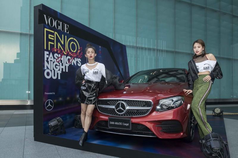郭書瑤、吳映潔出席2017 VOGUE全球購物夜起跑記者會,與賓士優雅轎跑The New E-Class Coupé合影。