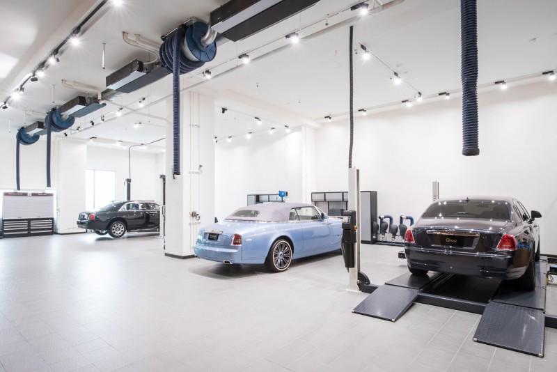 勞斯萊斯汽車的全新維修服務中心占地兩百五十餘坪,設施完備且寬敞明亮,設有全室空調及廠內廢氣處理設備。
