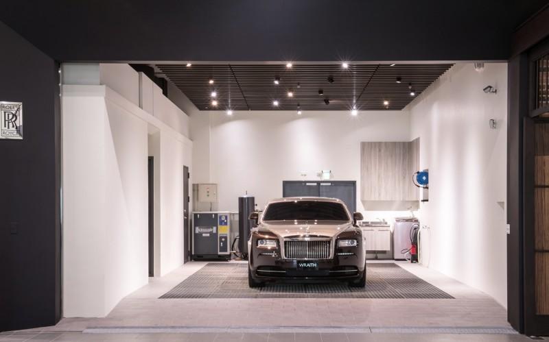 維修服務中心配有專業車輛清洗區域,該區天花板的燈光配置更臨摹勞斯萊斯著名的星光頂篷設計。