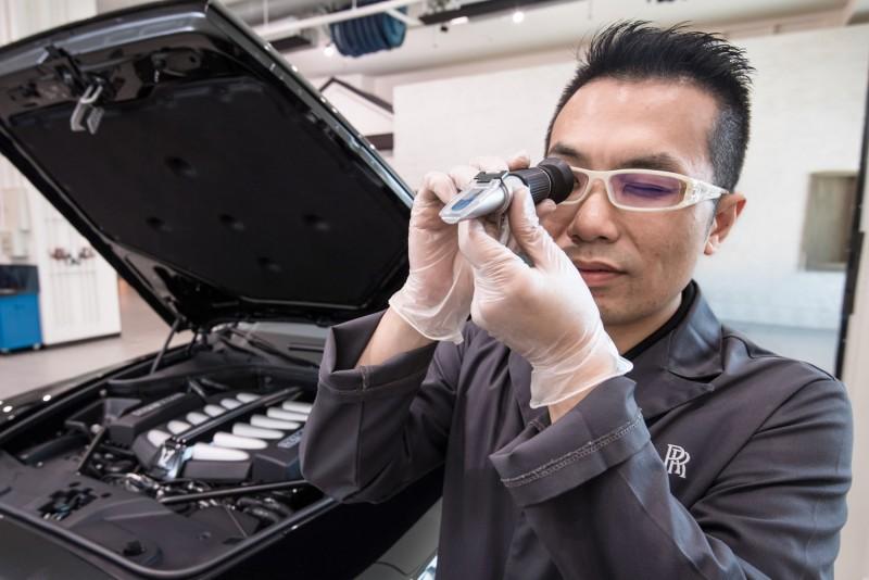 透過濃度比重檢測儀觀察水箱精濃淡程度。