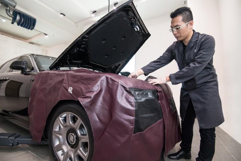 在執行任何作業前,先以量車身訂製的皮製防護套組包覆作業處周圍防止汙垢沾染。