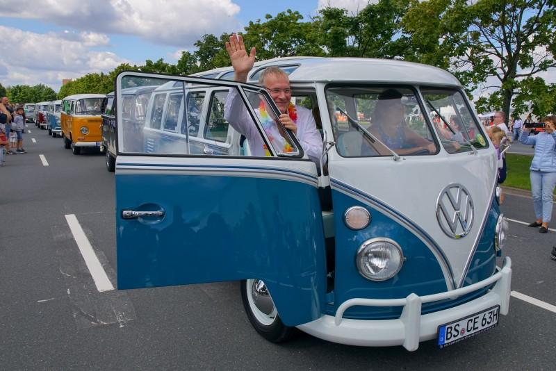 德國總部的福斯商旅總裁 Eckhard Scholz博士,親自駕駛他私有的1965年式藍白雙色T1車型帶領遊行車隊