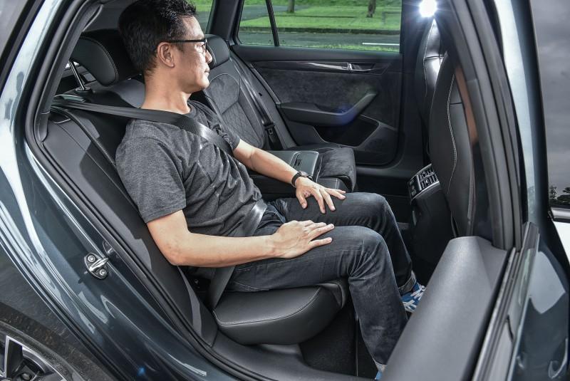 平時就該養成一上車就繫好安全帶的習慣,後座前方可沒有氣囊來保護頭部啊!