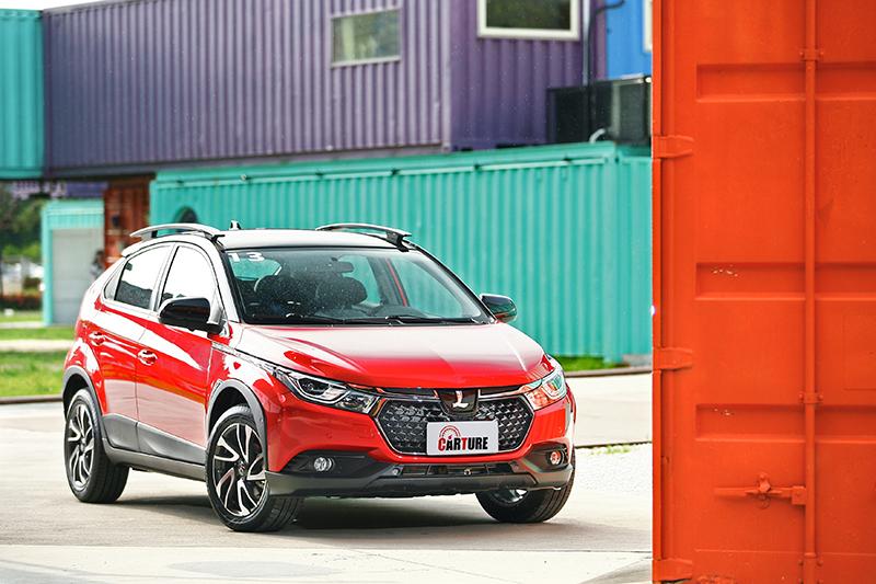 我們所試駕的U5身披光漾紅車色,鮮豔中還帶有銀粉光澤。