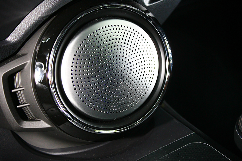 位於中控台下方的重低音設計,也曾在S3上頭得見。