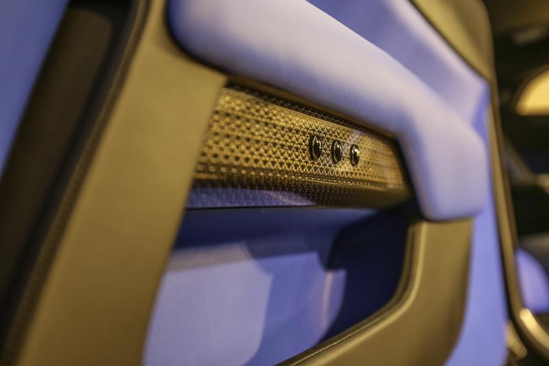 飾板採用鋁合金嵌固航太等級複合碳纖維作為表面材料,先將直徑只有0.014mm的航太用鋁合金線編織起來,再與碳纖維接合。這種表面材料共有六層塗層,需放置72小時,才能再以手工拋光至鏡面光澤。