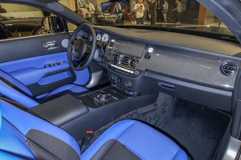 此次抵台的兩台Wraith Black Badge,外觀車漆皆保持Black Badge標誌性的黑,內裝配色則相當迥異,一台以鈷藍與黑色搭配,另一台則為棗紅及黑色。