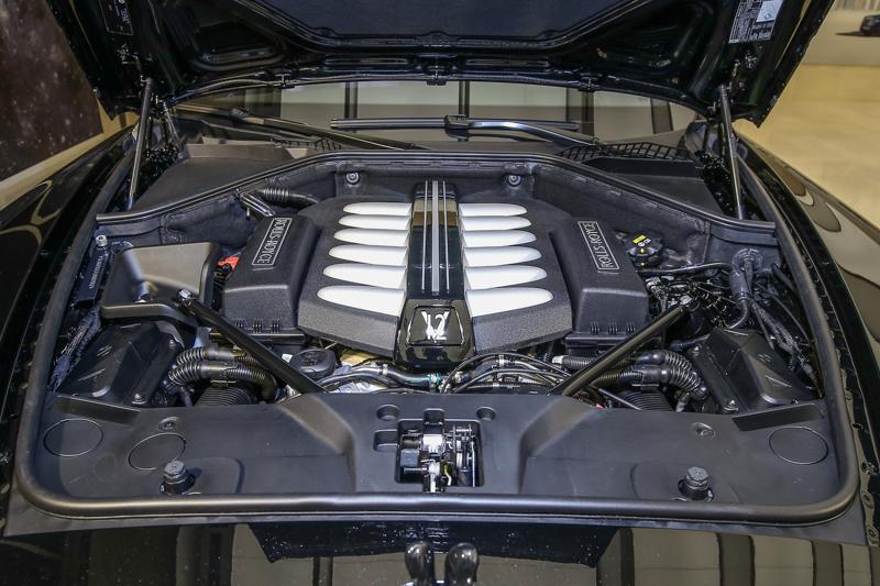 Wraith Black Badge在原本動力性能充足的情況下再提升扭力(+70Nm)、並重新設計氣壓懸吊系統、加入新的傳動軸,升級8速自排變速箱。