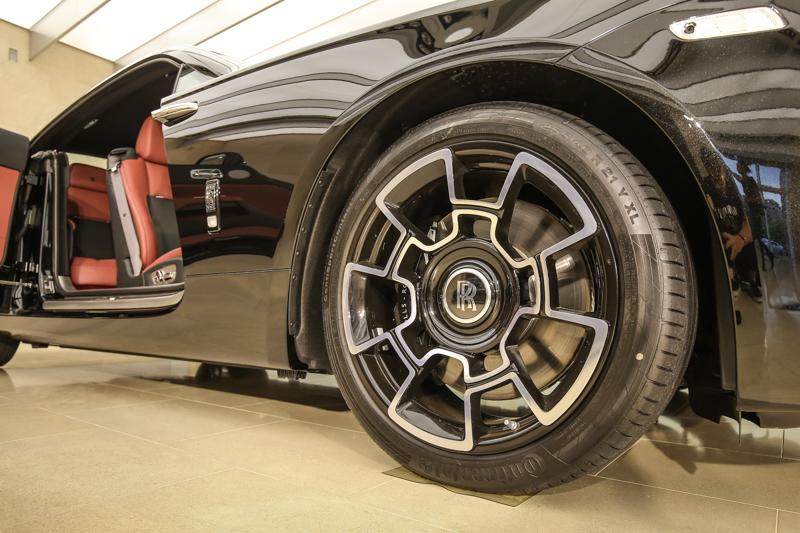 搭配全新設計的21吋輕量化複合碳纖維合金輪框。