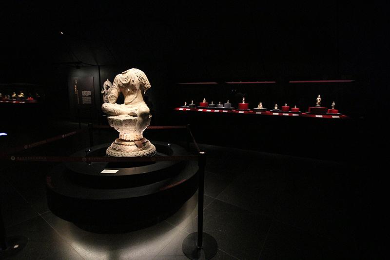 目前各展區所呈現的,多數為以往國人較少接觸的東亞相關文物,無論佛教藝術、茶文化、亞洲織品甚至嘉義本身在地歷史,館藏豐富在在令人嘆為觀止。
