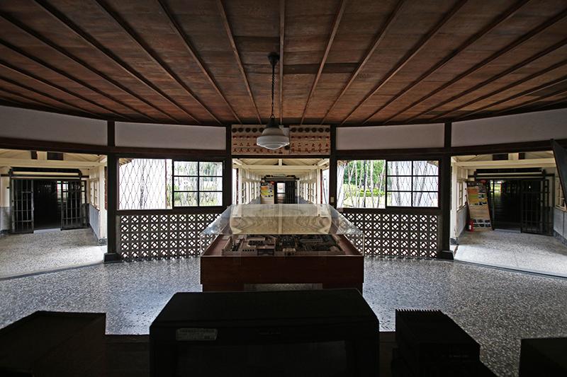 興建於1919年採賓夕凡尼亞式設計的嘉義監獄原名臺南刑務所嘉義支所,最大的特色在於採取放射狀監體結構,以便中央台統一管理監控狀況。