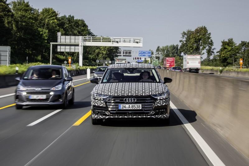 當遇到交通阻塞情況時,在符合時速60km/h以下的快速道路或多線道並具備實體屏障可區隔雙向車流的條件下,駕駛只需按下Audi AI 功能按鍵,即可啟動Audi AI traffic jam pilot 塞車自動駕駛系統,系統可完全接管車輛,自主完成加速、減速和轉向等駕駛操作,提供駕駛更從容的駕馭體驗。