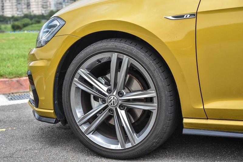 18吋 鋁合金 輪圈與跑車胎 (225/40 R18)為車輛帶來更精準的操控/抓地力