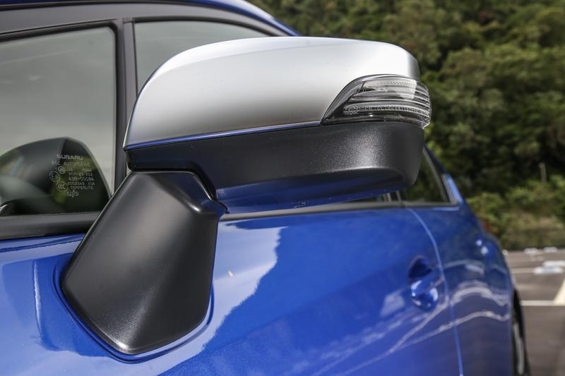 霧銀設計的車外後視鏡。