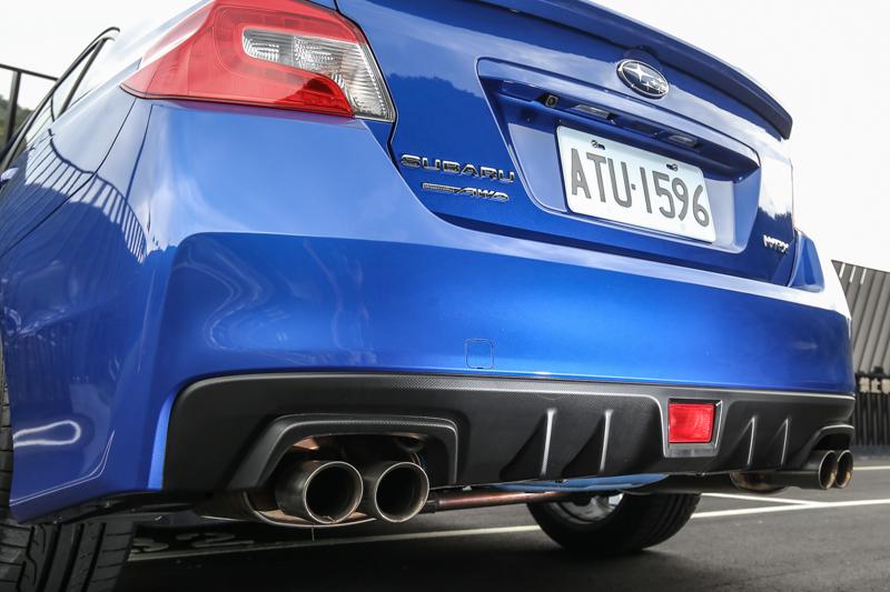 尾翼、分流器、左右四出式排氣尾管點出WRX的性能身份。